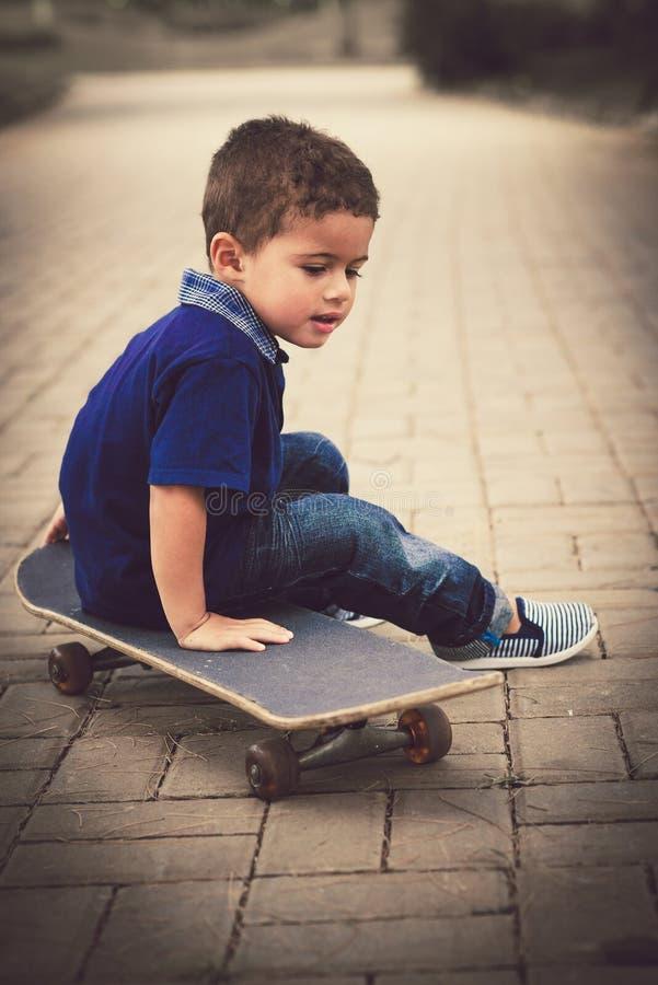 Niño en el monopatín fotos de archivo