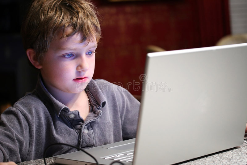 Niño en el ordenador imagenes de archivo