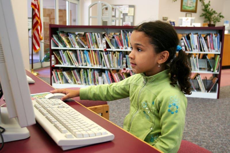 Niño en el ordenador imagen de archivo