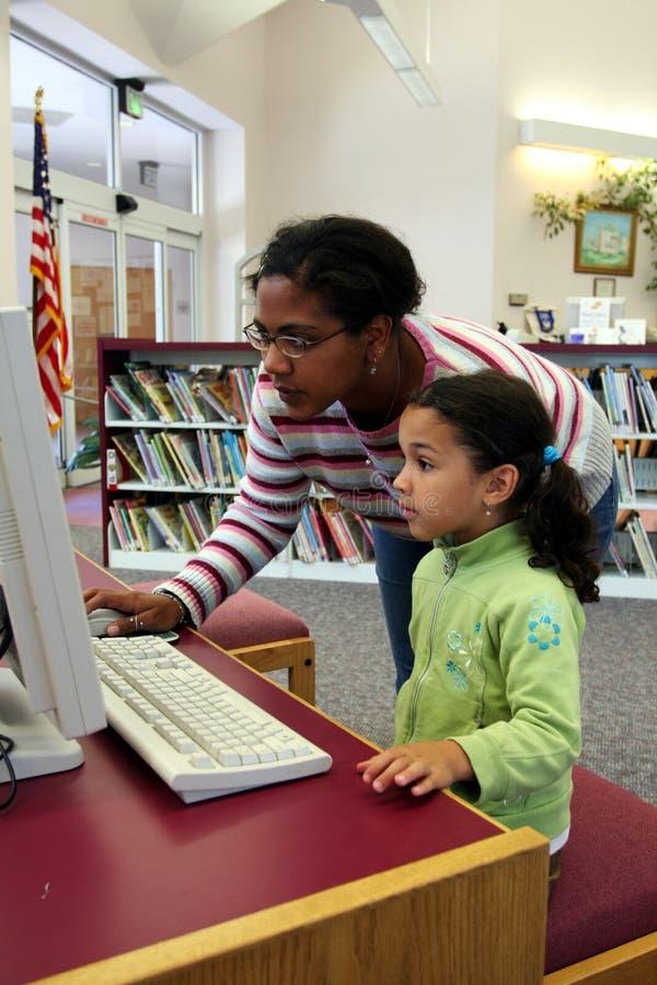 Niño en el ordenador con el profesor fotos de archivo libres de regalías