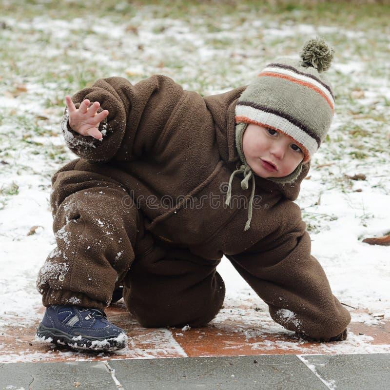 Niño en el pavimento resbaladizo fotos de archivo libres de regalías