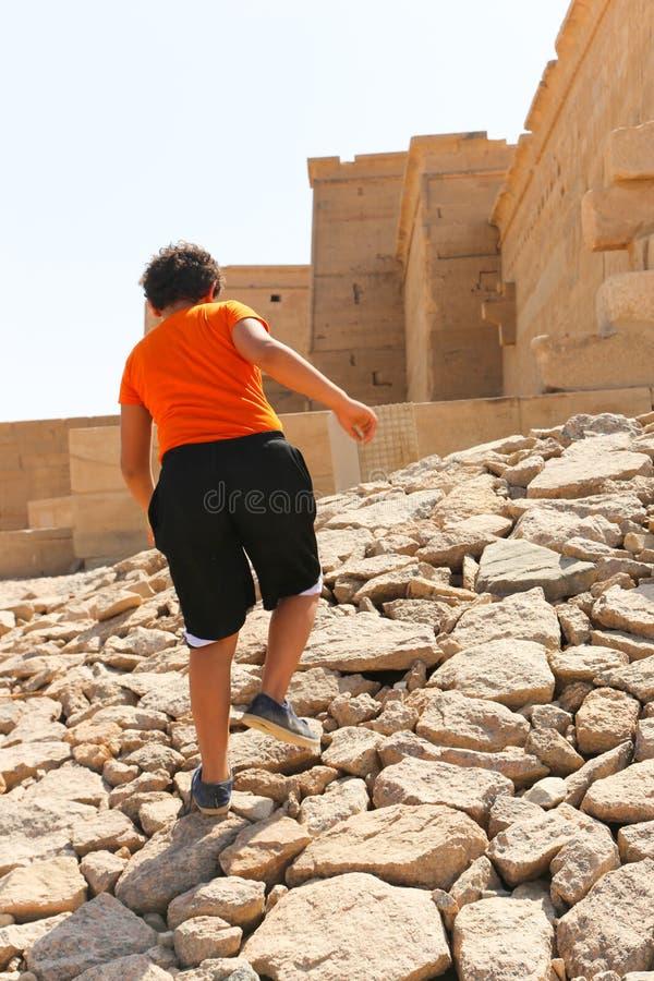 Niño en el templo de Philae, Egipto imágenes de archivo libres de regalías