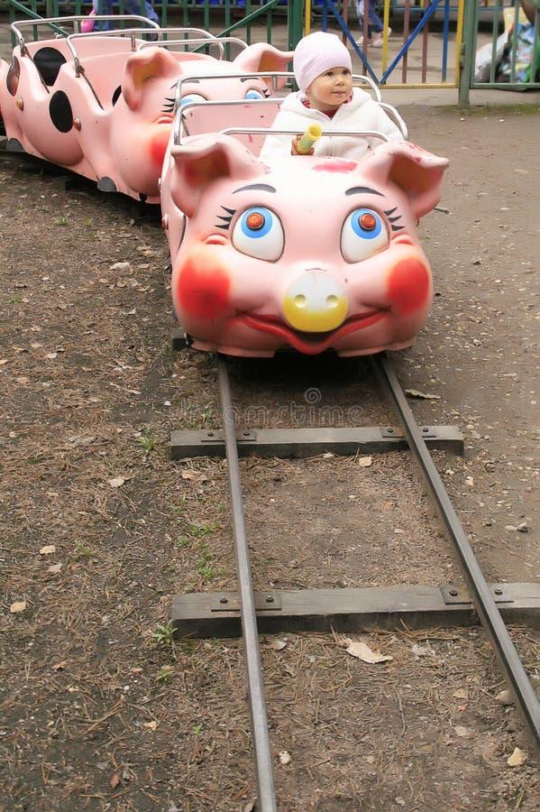 Niño en el tren guarro en parque de la hospitalidad imagen de archivo libre de regalías