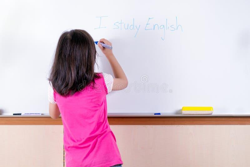 Niño en el whiteboard imagen de archivo