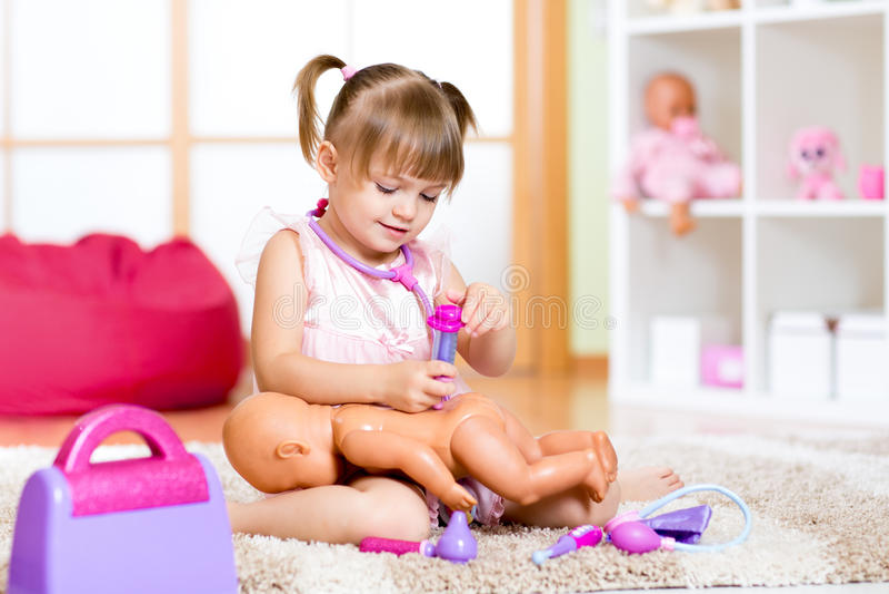 Niño en guardería Niño en guardería Chica foto de archivo