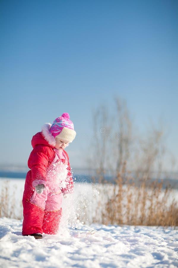 Niño en invierno imagen de archivo