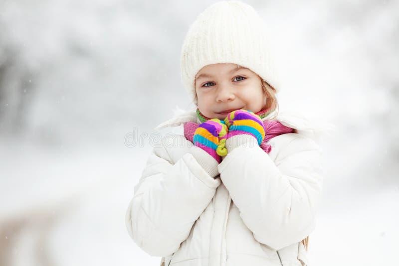 Niño en invierno imagenes de archivo