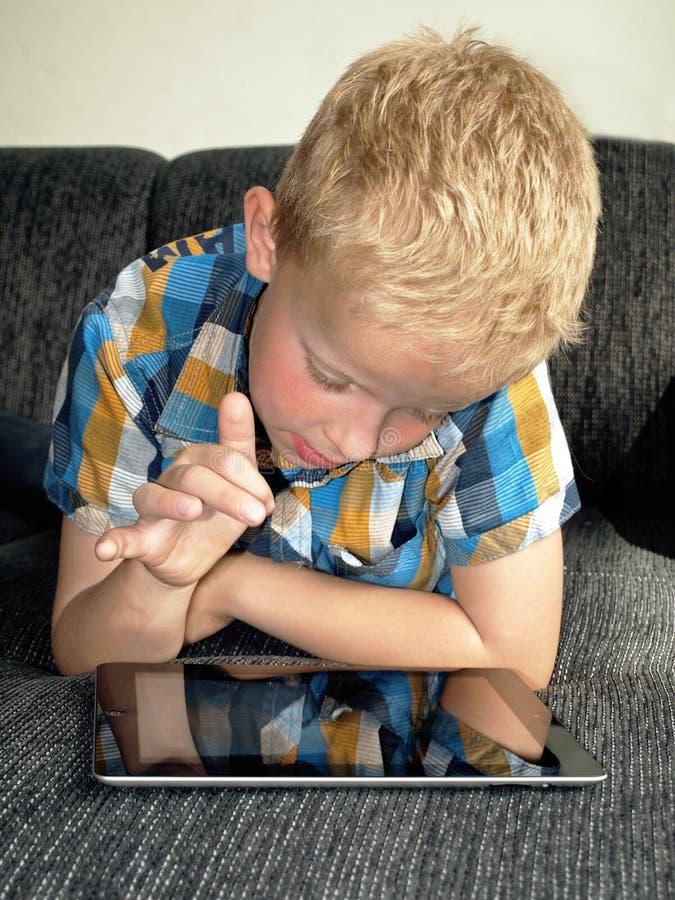 Niño en ipad imágenes de archivo libres de regalías
