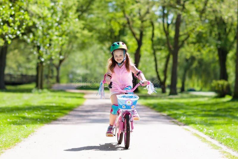 Niño en la bici Bicicleta del paseo de los niños Ciclo de la muchacha imágenes de archivo libres de regalías