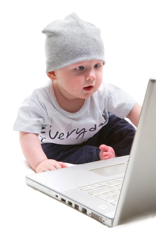 Niño en la computadora portátil imagenes de archivo
