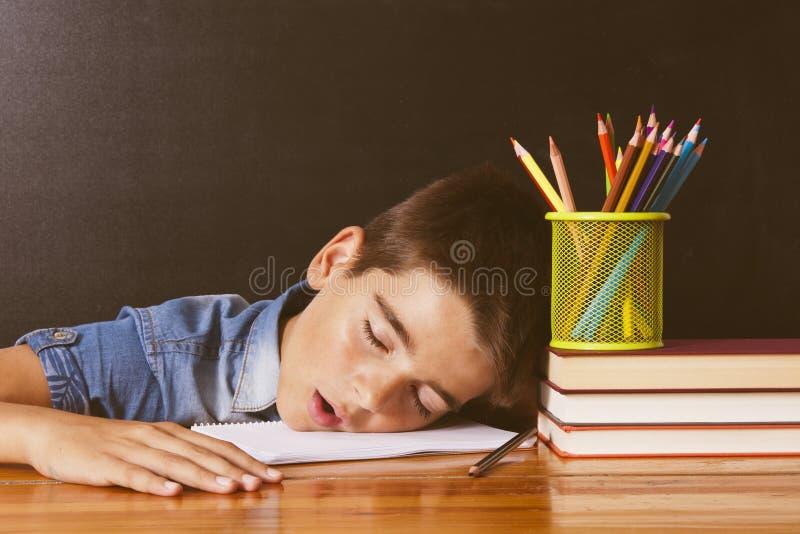 Niño en la escuela fotos de archivo