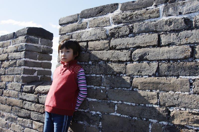 Niño en la Gran Muralla de Badaling imagenes de archivo