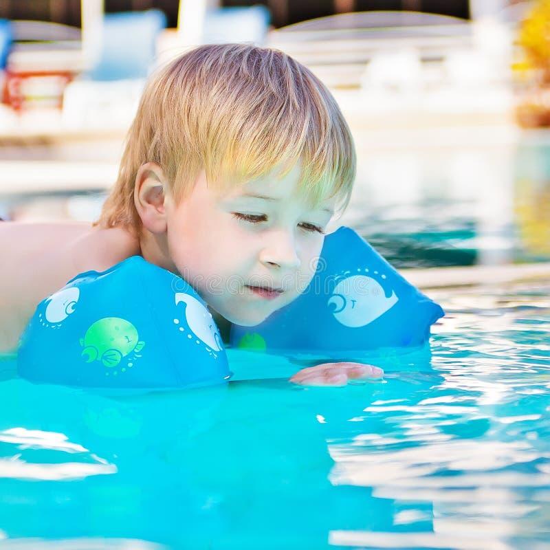 Niño en la piscina imagen de archivo