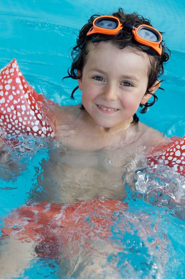Niño en la piscina el día de fiesta foto de archivo