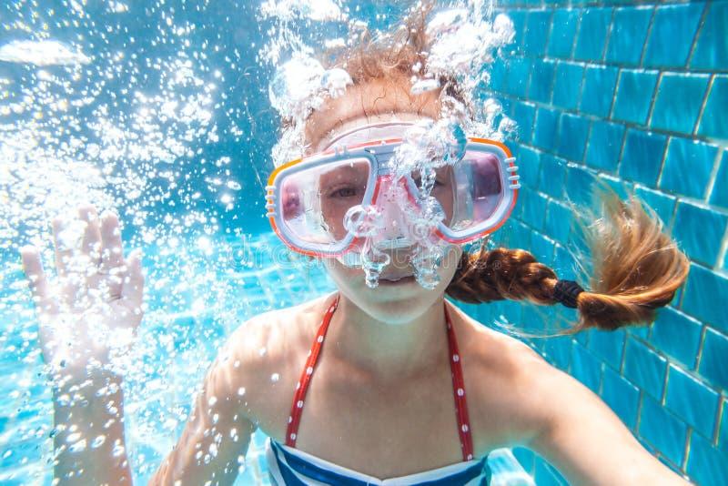 Niño en la piscina subacuática imagenes de archivo
