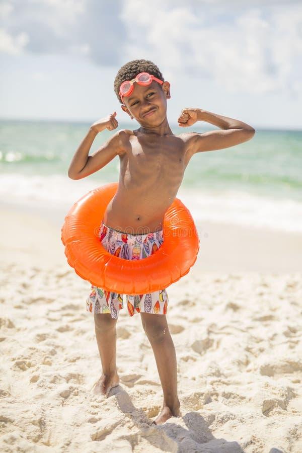 Niño en la playa en traje de baño imágenes de archivo libres de regalías