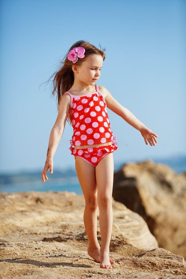 Niño en la playa en verano imagenes de archivo