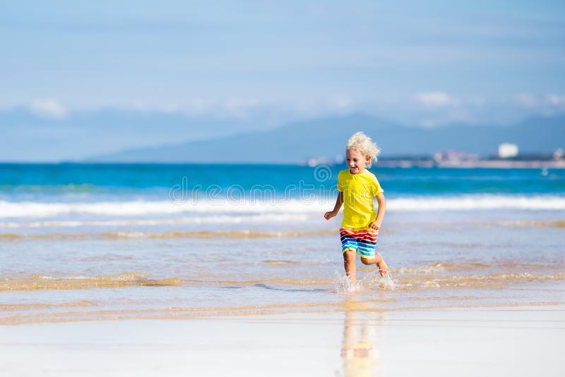 Niño en la playa tropical Vacaciones del mar con los niños fotografía de archivo libre de regalías