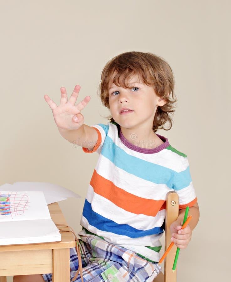 Niño en la pregunta de contestación de la escuela imagen de archivo