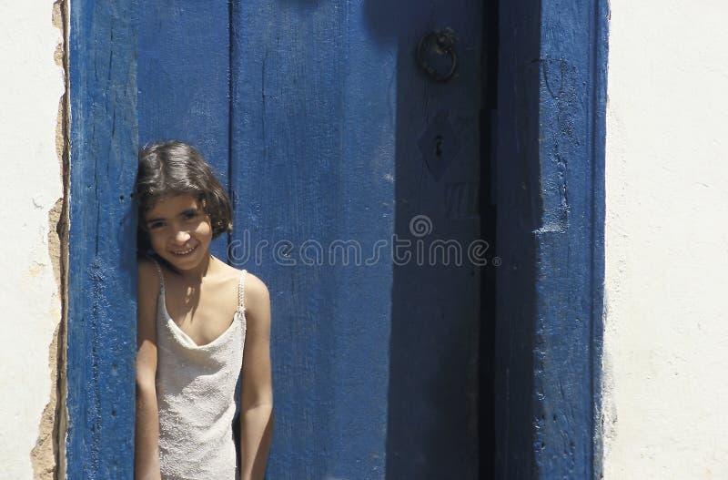 Niño en la puerta de su casa en Tiradentes, Minas Gerais, Braz fotografía de archivo libre de regalías