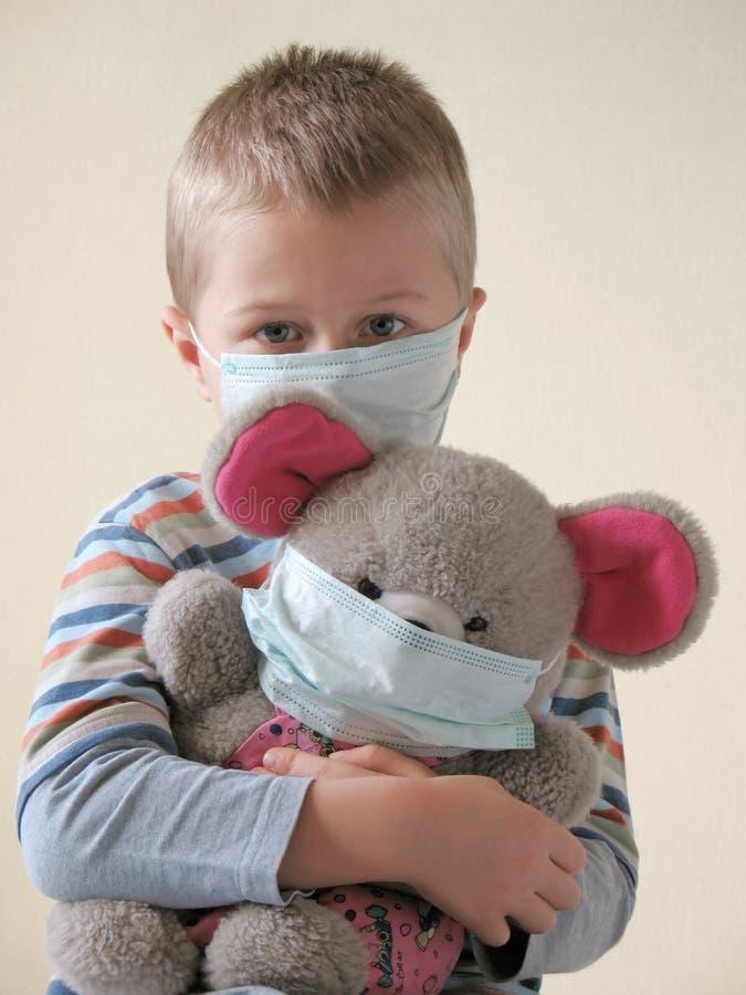 Niño en máscara protectora fotos de archivo