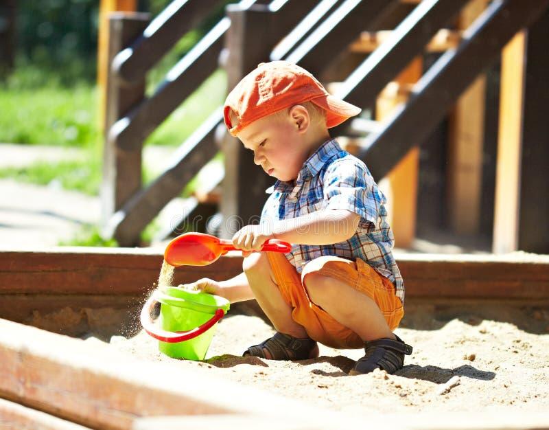 Niño en patio imágenes de archivo libres de regalías