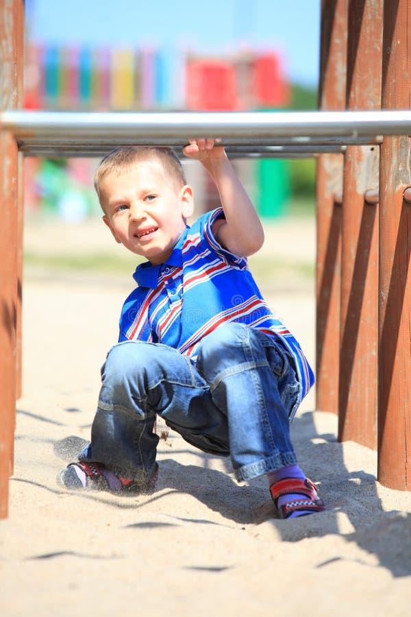 Niño en patio, niño en jugar de la acción fotografía de archivo libre de regalías