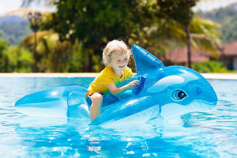Niño en piscina Niño en el flotador inflable imágenes de archivo libres de regalías