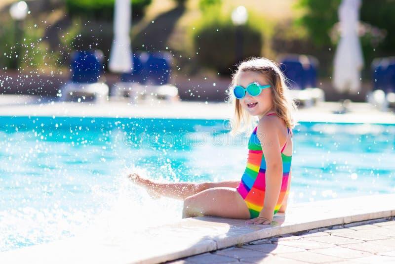 Niño en piscina el vacaciones de verano imagen de archivo