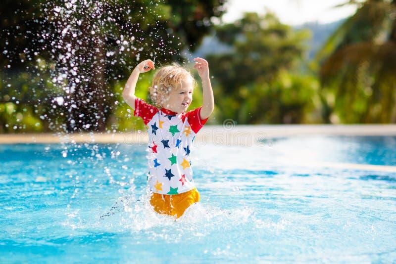 Niño en piscina Vacaciones de verano con los niños fotografía de archivo libre de regalías