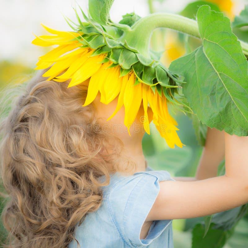Niño en primavera imagenes de archivo