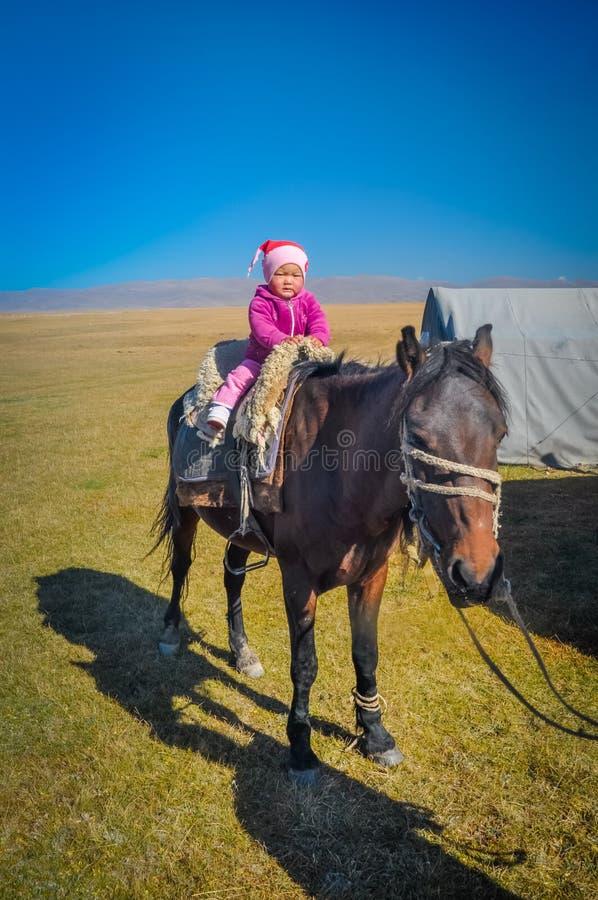 Niño en rosa en Kirguistán imagen de archivo libre de regalías