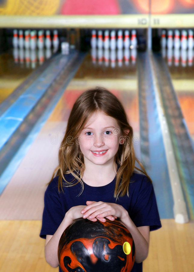 Niño en un callejón de bowling imagen de archivo libre de regalías