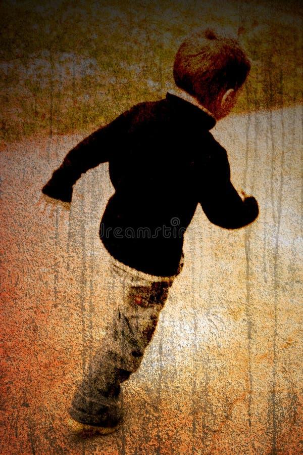 Niño en un camino fotos de archivo