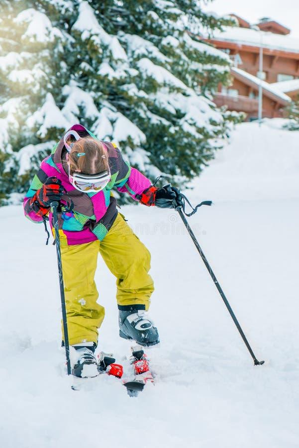 Niño en un centro turístico del invierno foto de archivo libre de regalías