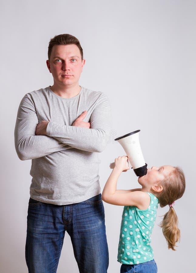 Niño en un padre del megáfono fotos de archivo