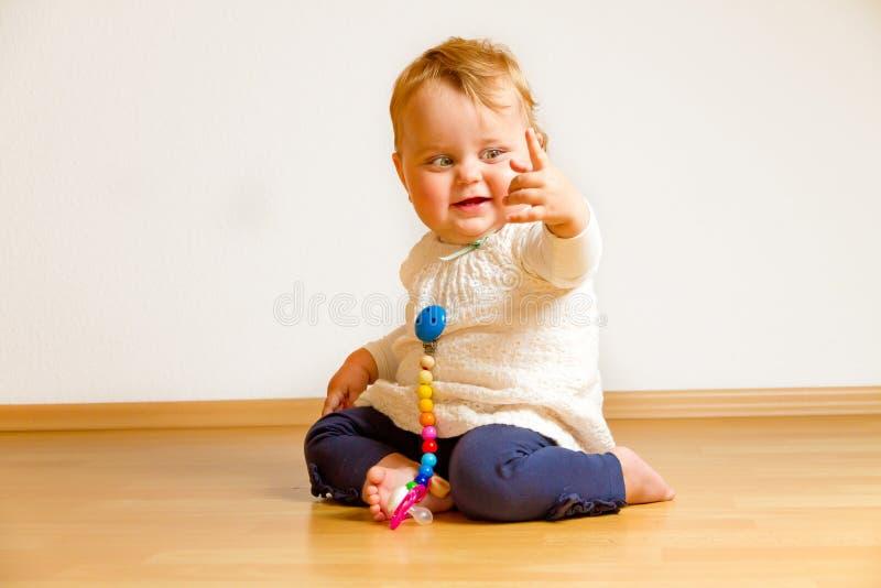 Niño en un piso de entarimado foto de archivo libre de regalías