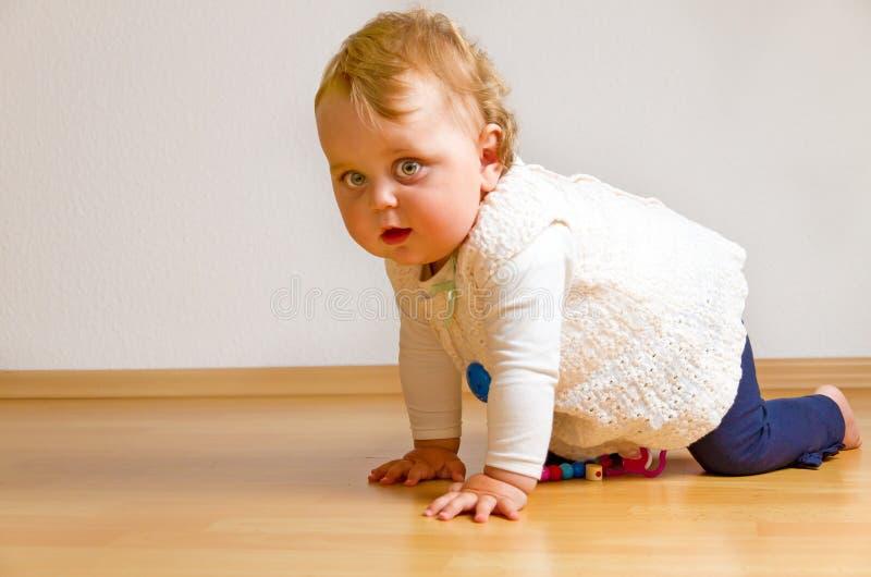 Niño en un piso de entarimado imagen de archivo libre de regalías