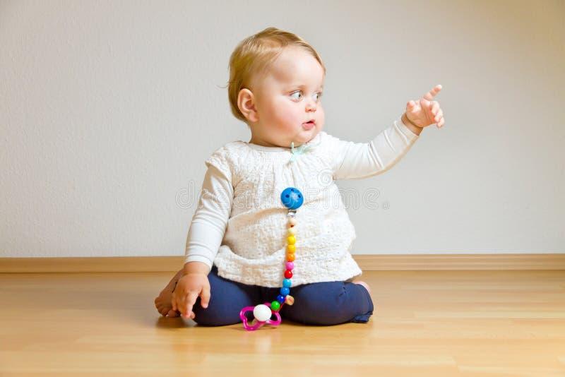 Niño en un piso de entarimado foto de archivo