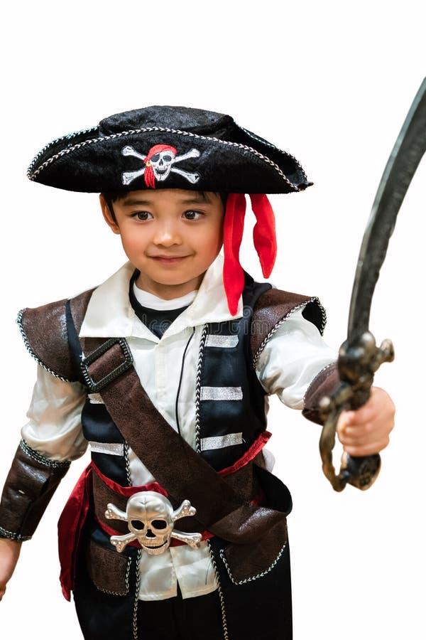 Niño en un traje del pirata imagenes de archivo