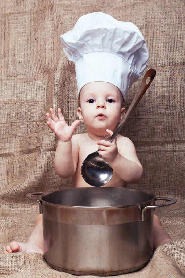 Niño en una capilla de la cocina foto de archivo