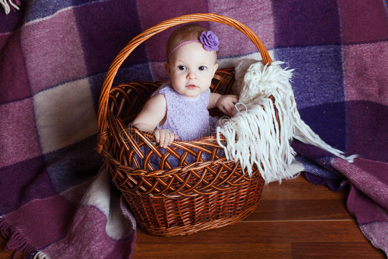 Niño en una cesta fotografía de archivo libre de regalías