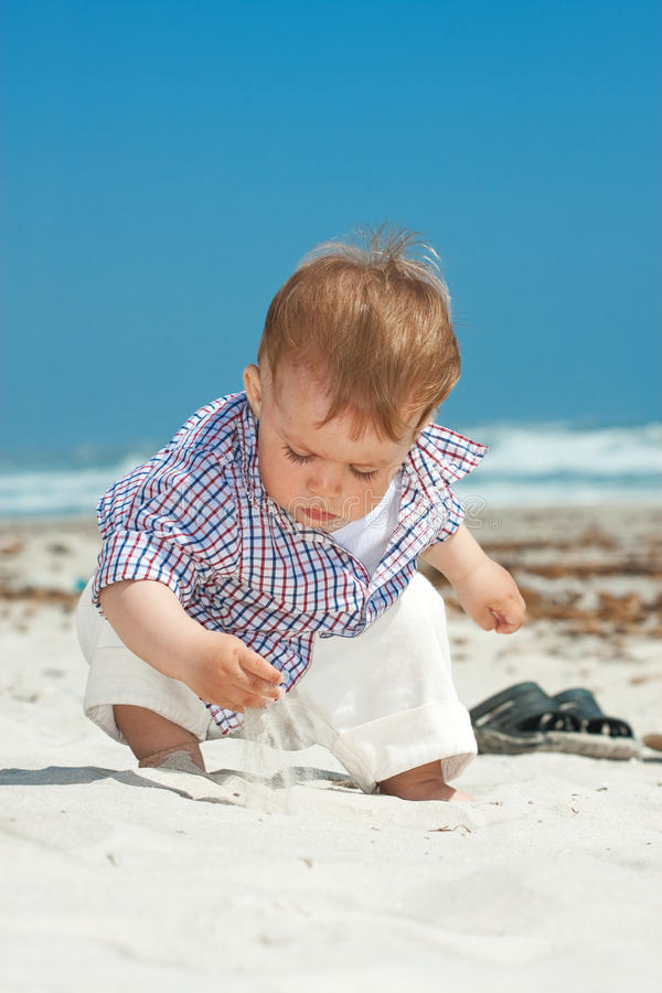 Niño en una playa fotos de archivo libres de regalías