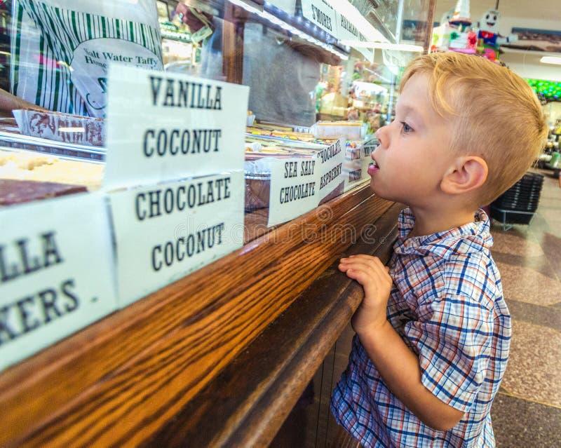Niño en una tienda de chucherías foto de archivo libre de regalías