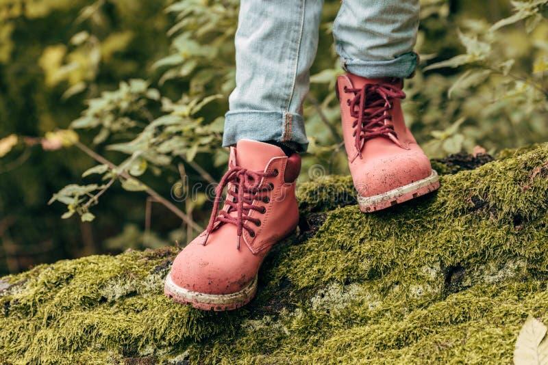 niño en zapatos rosados imagen de archivo