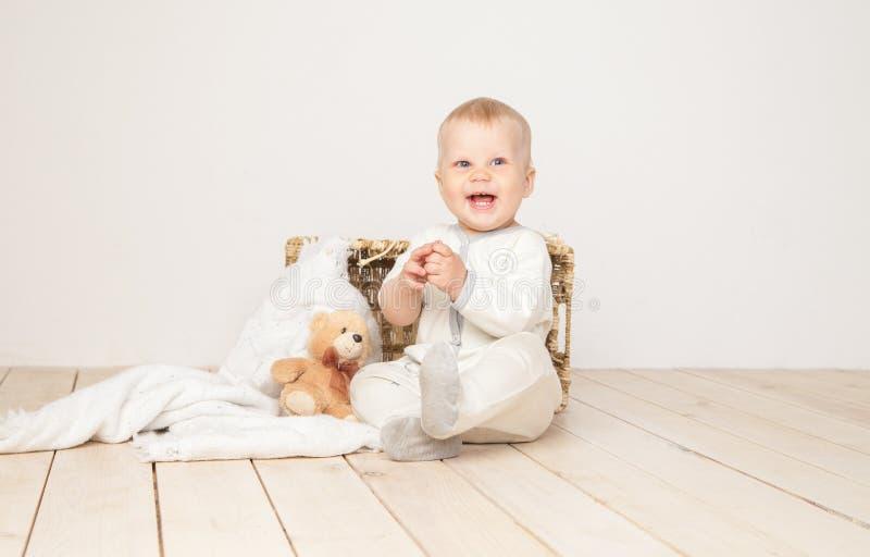 Niño encantador que sonríe en la cámara fotografía de archivo libre de regalías