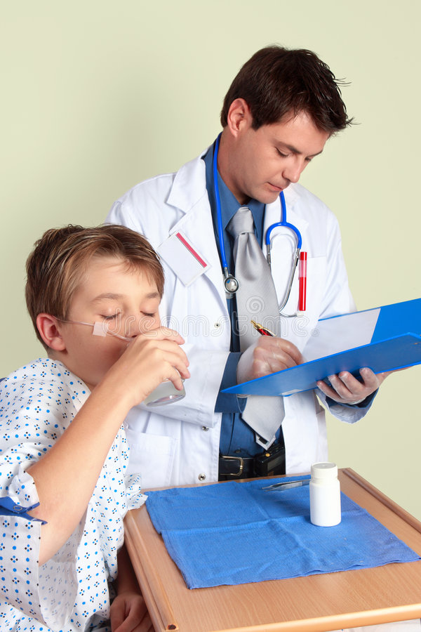 Niño enfermo que toma la medicina imagen de archivo libre de regalías