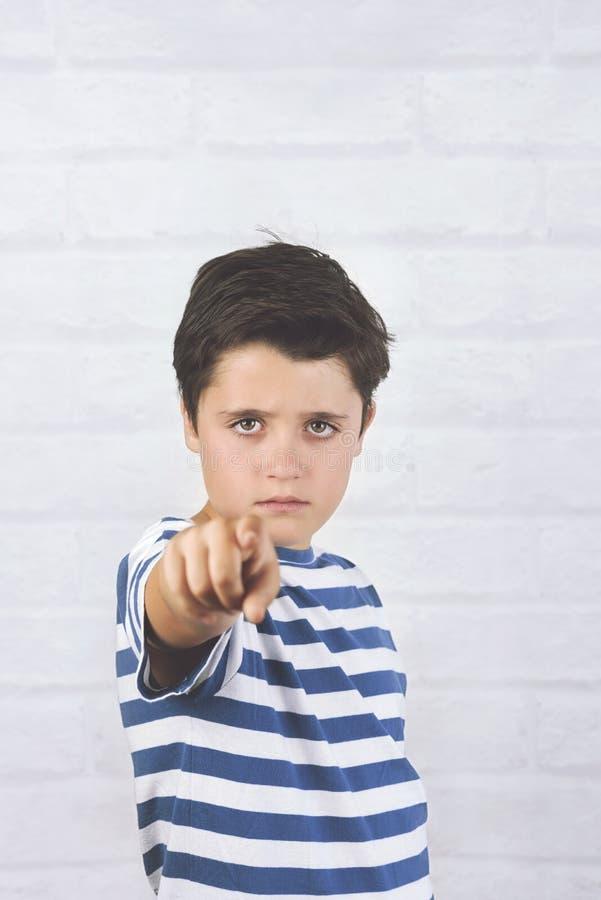 Niño enojado que señala el frente imágenes de archivo libres de regalías
