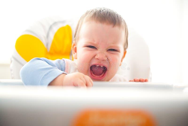 Niño enojado que tiene hambre fotografía de archivo