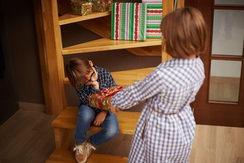 Niño estropeado que rechaza un regalo de Navidad imagen de archivo